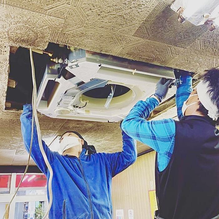エアコンを工事している画像