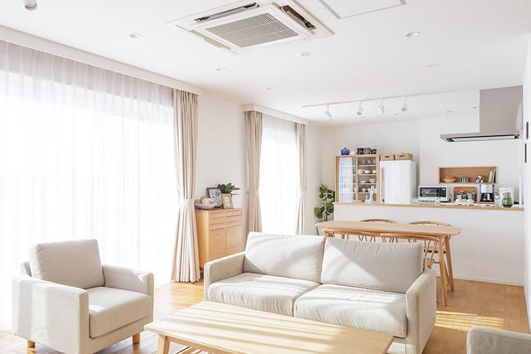 天井埋め込み型エアコンが設置されたリビングの写真