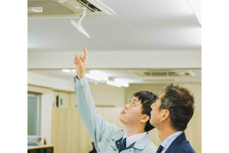 エアコン総本店スタッフがエアコンの説明をする写真