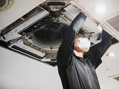 エアコン総本店スタッフによる業務用エアコン室内機取付作業場面の写真