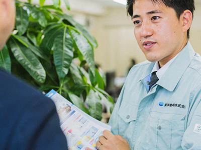 エアコン総本店スタッフによるお客様への業務用エアコン取付に関する説明場面の写真